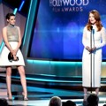 Kristen Stewart Berikan Piala Hollywood Actress Award pada Julianne Moore