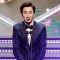 Lee Kwang Soo Raih Piala Popular Star Award