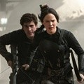 Gale dan Katniss di Film 'The Hunger Games: Mockingjay, Part 1'