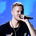 Dan Reynolds dari Imagine Dragons Tampil di American Music Awards 2014