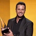Luke Bryan Raih Piala Favorite Country Male Artist