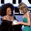 Diana Ross Beri Penghargaan Dick Clark Award for Excellence kepada Taylor Swift