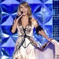 Taylor Swift Tampil di Victoria's Secret Fashion Show 2014