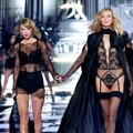 Taylor Swift dan Karlie Kloss di Victoria's Secret Fashion Show 2014