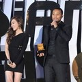 Tiffany Girls' Generation Berikan Trofi International Favorite Artist pada John Legend