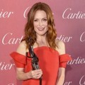 Julianne Moore Raih Piala Desert Palm Achievement Award - Actress