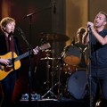 Kolaborasi Beck dan Chris Martin Nyanyikan Lagu 'Heart is a Drum'