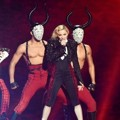 Madonna Tampil Nyanyikan Lagu 'Living for Love'