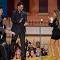 Channing Tatum cs Serahkan Piala Best Scared-As-S**t pada Jennifer Lopez