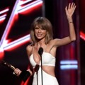 Taylor Swift Raih Piala Top Artist