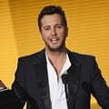 Luke Bryan Raih Penghargaan Favorite Male Artist di American Music Awards 2015