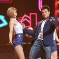JYP Tampil Nyanyikan Lagu 'Who's Your Mama?'