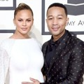 Chrissy Teigen dan John Legend di Red Carpet Grammy Awards 2016
