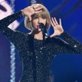 Taylor Swift Tampil Nyanyikan Lagu 'Out of the Woods'
