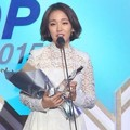 Baek A Yeon Raih Piala Hot Trend of the Year Female