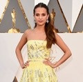 Alicia Vikander Mirip Belle Beauty and The Beast dengan Gaun Rancangan Louis Vuitton