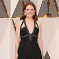 Julianne Moore Dibalut Gaun Chanel