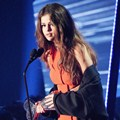 Selena Gomez Raih Piala The Biggest Triple Threat