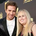 Hugh Sheridan dan Rebel Wilson di Red Carpet MTV Movie Awards 2016