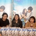 Rizky Nazar dan Michelle Zudith Tanda Tangani 1000 Cover Novel 'ILY From 38000 Ft'