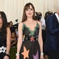 Dakota Johnson Kenakan Gaun Gucci Dilengkapi Gelang Berlian Norman Silverman