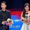 Song Joong Ki dan Song Hye Kyo Raih Piala Global Star Award