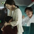Seorang Ibu Memeluk Kim So Ahn di Film 'Train to Busan'