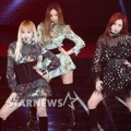 Black Pink Saat Nyanyikan Lagu 'Playing With Fire'