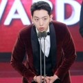 Lee Jung Shin CN Blue Raih Piala 2016 New Wave Award