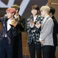 Bangtan Boys Saat Raih Piala Best Dance Performance - Male Group