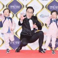 Lee Hwi Jae Imut Bersama Si Kembar Seo Eon dan Seo Jun di Red Carpet KBS Entertainment Awards 2016