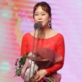 Baek Ji Young Raih Piala MC Award