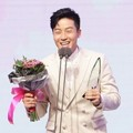 Heo Kyung Hwan Raih Piala Excellence Award for Variety