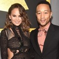 Chrissy Teigen dan John Legend di Red Carpet Grammy Awards 2017