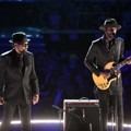 Penampilan William Bell dan Gary Clark Jr. di Grammy Awards 2017 Nyanikan Lagu 'Born Under a Bad Sign'