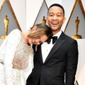 Kemesraan Chrissy Teigen dan John Legend di Red Carpet Oscar 2017