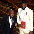 Barry Jenkins dan Tarell Alvin McCraney Raiuh Piala Best Adapted Screenplay untuk Film 'Moonlight'