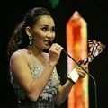 Ayu Ting Ting Bawa Pulang Piala Mami Paling Wow di Seleb on News Awards 2017