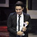 Chand Kelvin Bawa Pulang Piala Host Favorit di Seleb on News Awards 2017