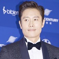 Lee Byung Hun di Red Carpet Baeksang Arts Awards 2017
