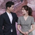 Song Joong Ki dan Song Hye Kyo saling bertatapan saat hadir di press conference serial 'Descendant of the Sun'
