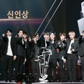 Wanna One Saat Raih Piala Rookie Award