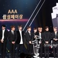 Wanna One Saat Raih Piala Samsung Pay Super Rookie Award