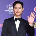 Lee Je Hoon di red carpet MAMA 2017 Hong Kong.