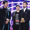 Dynamic Duo dan Chen EXO meraih piala Best Collaboration di MAMA 2017 Hong Kong.