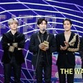 EXO meraih piala Album of the Year di MAMA 2017 Hong Kong.