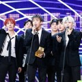 BTS meraih piala Artist of the Year di MAMA 2017 Hong Kong.