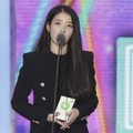 IU Raih Piala Best Songwriter