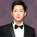 Lee Sang Yeob tampil ganteng di Red Carpet SBS Drama Awards 2017