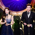 "Suzy dan Lee Jong Suk memenangkan Best Couple berkat ""While You Were Sleeping"" di SBS Drama Awards 2017"